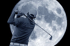 Качание гольфа и большая луна Стоковая Фотография