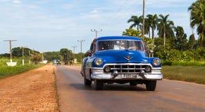 在路的美国蓝色经典汽车在古巴 免版税图库摄影