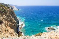 岩石峭壁和透明海水在克利特海岛上 库存图片