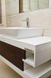现代白色卫生间水槽和内阁 免版税库存照片