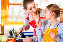 烹调与乐趣的家庭健康食物 免版税库存图片