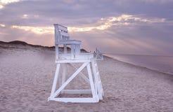 在海滩,鳕鱼角的救生员椅子 免版税库存图片