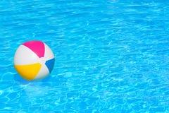 在游泳池的可膨胀的球 免版税图库摄影