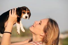 有宠物小猎犬狗的妇女 库存图片