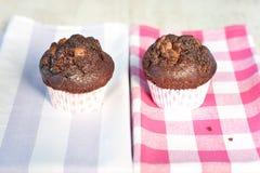 在方格的桌布的可口自创巧克力松饼 免版税库存照片