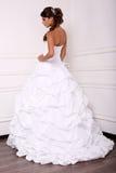 摆在演播室的庄重装束的美丽的嫩新娘 免版税库存照片
