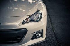 сизоватый автомобиля конца фары света желтый цвет представления вне Стоковые Фотографии RF