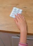 儿童作为盒药片 免版税库存图片