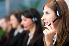 Χειριστές τηλεφωνικών κέντρων στην εργασία Στοκ εικόνα με δικαίωμα ελεύθερης χρήσης
