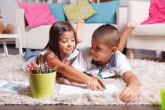Дети делая домашнюю работу дома Стоковое Изображение
