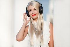 有耳机的少妇 享受音乐 库存图片
