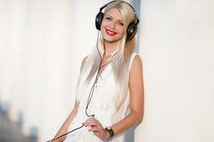 有耳机的少妇 享受音乐 库存照片