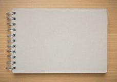Ανακυκλώστε την κάλυψη σημειωματάριων στο γραφείο Στοκ Εικόνα