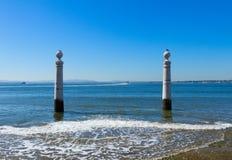 在里斯本的堤防的两个岗位 免版税库存照片