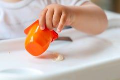 吃酸奶的婴孩 免版税库存图片