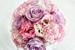玫瑰婚礼花束在白色背景的 免版税库存照片