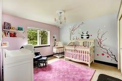 有小儿床的浅粉红色和蓝色托儿所室 免版税图库摄影