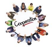 一个圈子的不同的人与合作概念 免版税库存照片