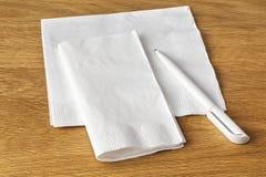 餐巾和笔 免版税库存照片