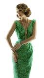在闪闪发光衣服饰物之小金属片礼服的妇女时尚减速火箭的秀丽画象 库存照片