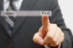 Επιχειρηματίας σχετικά με τον εικονικό φραγμό αναζήτησης μάρκετινγκ Διαδικτύου συμπυκνωμένο Στοκ εικόνες με δικαίωμα ελεύθερης χρήσης