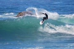 上在波浪的冲浪者骑马在拉古纳海滩,加州 免版税图库摄影