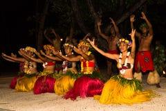 由玻利尼西亚当地人的传统舞蹈 免版税库存照片