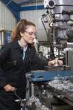 Θηλυκός μηχανικός μαθητευόμενων που εργάζεται στο τρυπάνι στο εργοστάσιο Στοκ φωτογραφίες με δικαίωμα ελεύθερης χρήσης