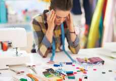 被注重的裁缝妇女画象在工作 免版税库存照片