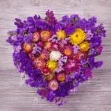 Διαμορφωμένο καρδιά στεφάνι λουλουδιών Στοκ φωτογραφία με δικαίωμα ελεύθερης χρήσης