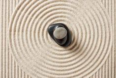 有被堆积的小卵石的日本庭院 免版税库存照片