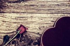 罗斯和心形的箱子在土气木头 免版税库存照片