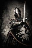 充分的装甲的中世纪骑士 免版税库存照片