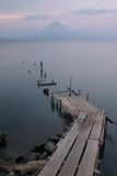 вулкан взгляда озера тихий Стоковая Фотография