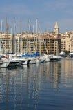 法国,马赛:帆柱的反射在旧港口的 免版税库存照片