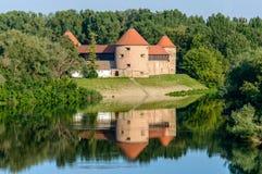 锡萨克城堡和它的水反射,克罗地亚 免版税图库摄影