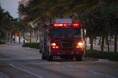 有闪动的应急灯的消防车在黄昏 免版税库存照片