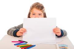 拿着一张空白的纸的小女孩 免版税图库摄影