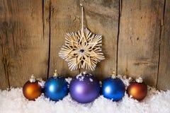 秸杆星和圣诞节球 图库摄影