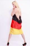 裸体妇女从后面,包裹在德国旗子 库存图片