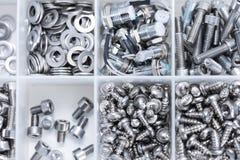 螺丝和机器零件在箱子 免版税图库摄影