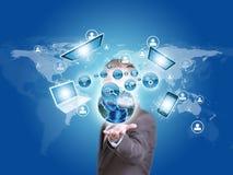 Глобус и электроника земли владением бизнесмена внутри Стоковая Фотография