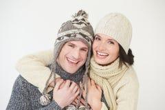 穿温暖的冬天衣裳的夫妇演播室画象  免版税库存图片