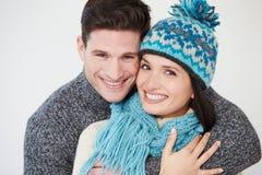 穿温暖的冬天衣裳的夫妇演播室画象  免版税库存照片
