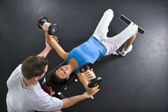 поднимаясь женщина весов Стоковое Изображение RF