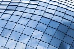 与蓝色钢盖瓦的抽象背景 免版税库存图片