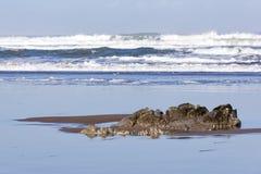 岩石和风大浪急的海面 免版税库存照片