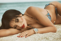 摆在海滩的女孩 库存照片
