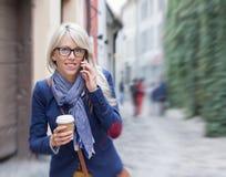 Πολυάσχολη γυναίκα που ορμά στην εργασία το πρωί Στοκ Φωτογραφία