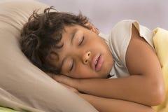 关闭年轻男孩睡觉 免版税库存照片